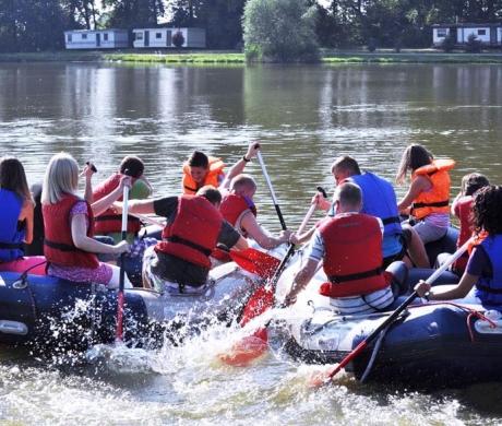 Wyścigi pontonowe na imprezie integracyjnej
